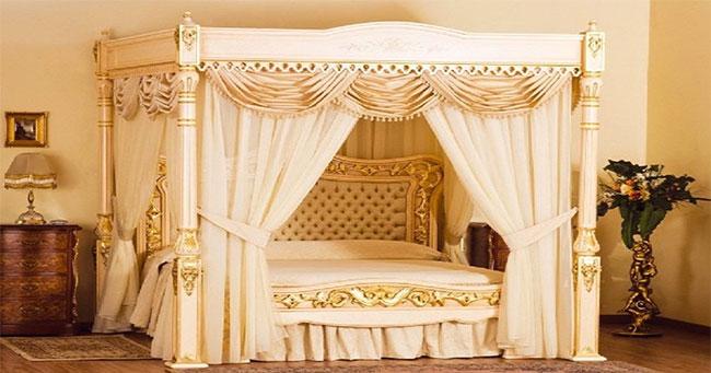 سرير مزين بالذهب والأحجار الكريمة