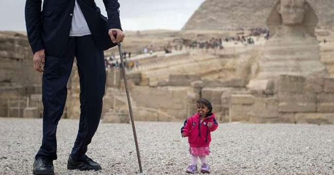 أطول رجل في العالم يقابل أقصر امرأة في العالم في مصر !