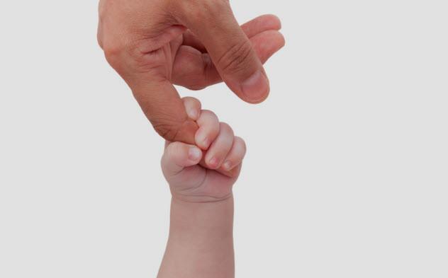 حديثو الولادة لديهم قدرة قوية جداً على التشبث تعادل قدرة القرود