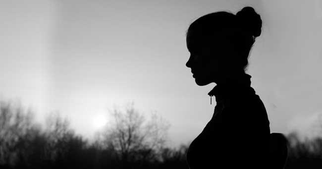 10 علامات قد تكون سببا في ابتعاد الآخرين عنك