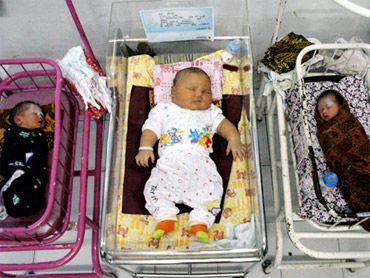 أم أندونيسية تلد طفلًا عملاقا